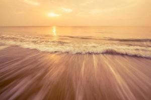vague de mer et ciel orange photo