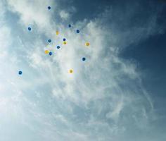 les ballons montent dans le ciel.