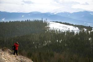 photographe avec fond de montagnes et de ciel