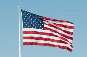 drapeau américain ondulant dans le ciel bleu