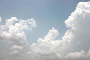 nuages blancs sur un ciel bleu.