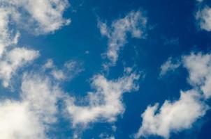 nuages dans le ciel bleu photo