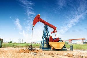 champ de pétrole et ciel bleu photo
