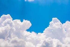 fond de ciel bleu avec des nuages blancs photo