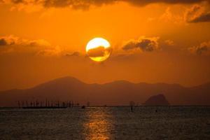 ciel coucher de soleil au lac songkhla, thaïlande. photo