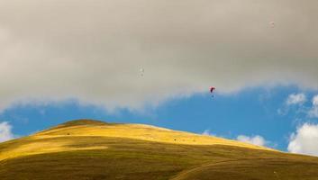 parapente dans le ciel de l'italie photo