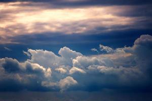 ciel coucher de soleil avec des nuages éclairés par le soleil