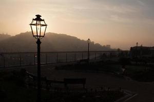 lanterne de rue au lever du soleil photo