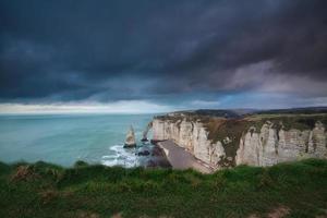 Ciel d'orage sombre sur les rochers dans l'océan Atlantique
