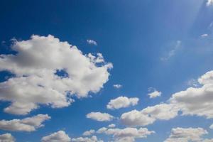 ciel bleu avec gros plan de nuage