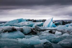 étonnant lac glaciaire de jokulsarlon plein de flottant et de fonte i