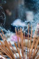 bâton d'encens se préparer à prier le respect du bouddha