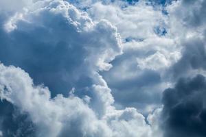 ciel bleu avec gros plan de nuage photo
