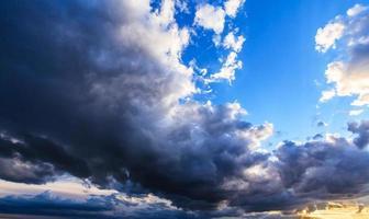 nuages d'orage sombres profilés sur le ciel du soir photo