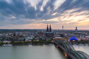 Cologne en Allemagne au coucher du soleil avec un ciel nuageux