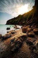 longue exposition d'une plage rocheuse