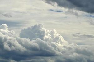 le nuageux dans la lumière du jour nature
