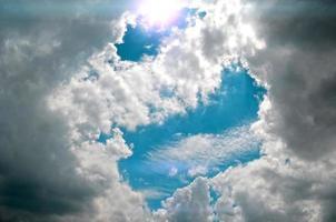 nuage et soleil sur le ciel