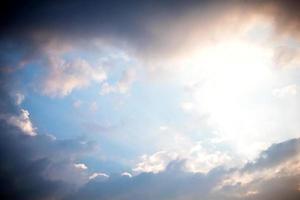 nuages dans le ciel bleu