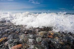 côte de la plage avec des pierres et ciel bleu photo