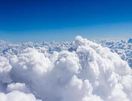 Nuages cumulés gonflés blancs et ciel bleu photo