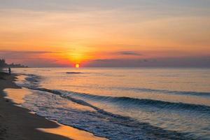 beau lever de soleil et ciel coloré à rayong, thaïlande