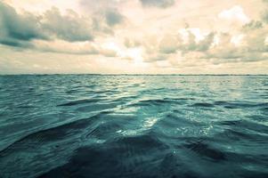 mer et ciel bleu avec des nuages en journée nuageuse photo