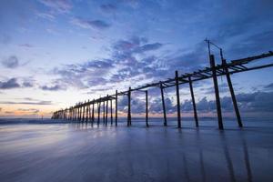 Vieux pont en bois à natai beach avec beau ciel