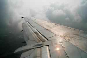 vue depuis un avion au-dessus des nuages