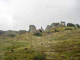 ruines de pierre sur la colline photo