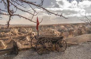 Ancienne remorque à cheval sur un rocher en Cappadoce, Turquie photo