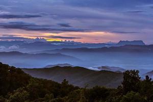 nuages colorés à l'aube photo