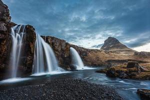 Cascades de Kirkjufellsfoss et Kirkjufell, lever du soleil, Islande