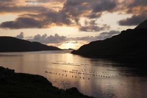 Coucher du soleil sur le lac au parc national du Connemara, comté de Galway