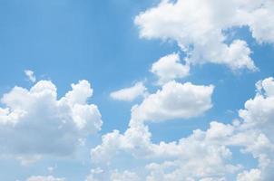 beau modèle de fond de ciel bleu avec un peu d'espace pour l'entrée photo