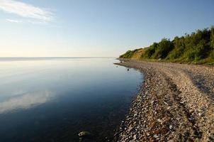 littoral pierreux une soirée d'été calme et lumineuse
