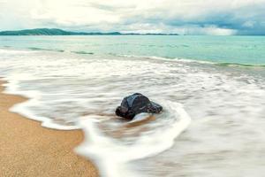la tempête sur la plage rocheuse avec un ciel dramatique, photo