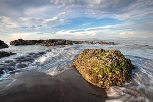 Ciel bleu à la plage de Muara dans l'ouest de Java en Indonésie photo