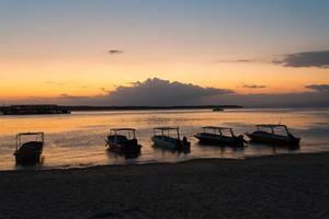 Nusa Penida, plage de bali avec ciel dramatique et coucher de soleil photo