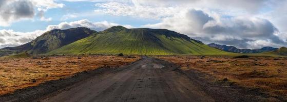 route vers le volcan vert, landmannalaugar, islande.