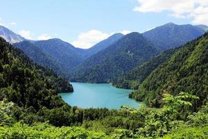 Lac alpin ritsa en abkhazie