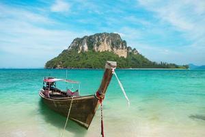 île d'Andaman et bateau de pêcheur