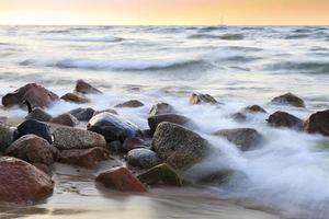 La plage de galets au coucher du soleil - rozewie, Pologne, longue exposition photo