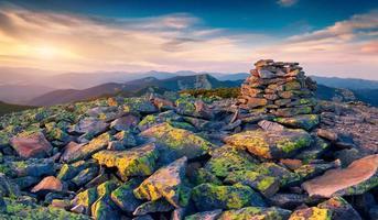 paysage de montagne irréel dans les derniers rayons du soleil