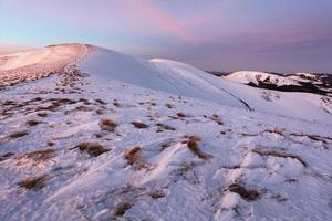 paysage de montagnes d'hiver avec un ciel bleu en journée ensoleillée d'été photo