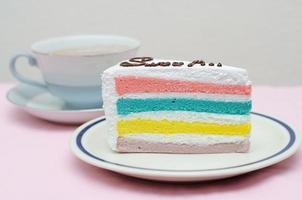 gâteau arc-en-ciel avec café