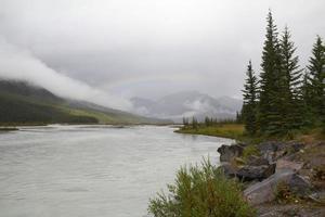 Arc-en-ciel sur une vallée fluviale - Parc national Jasper, Canada