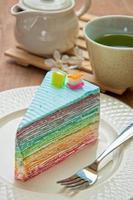 gâteau aux crêpes arc-en-ciel sur assiette. (mise au point sélective) photo
