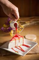 gâteau aux crêpes arc-en-ciel avec sauce aux fraises photo