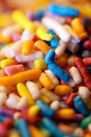 Macro de bonbons colorés arrose, garniture de dessert photo
